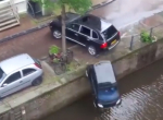 Porsche rammt Smart in einen Fluss