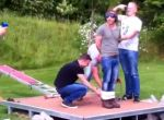Junggesellenabschied: Bungeejumping in Teich