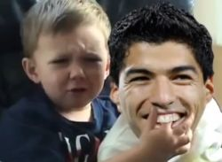 Suarez beißt Kind in den Finger